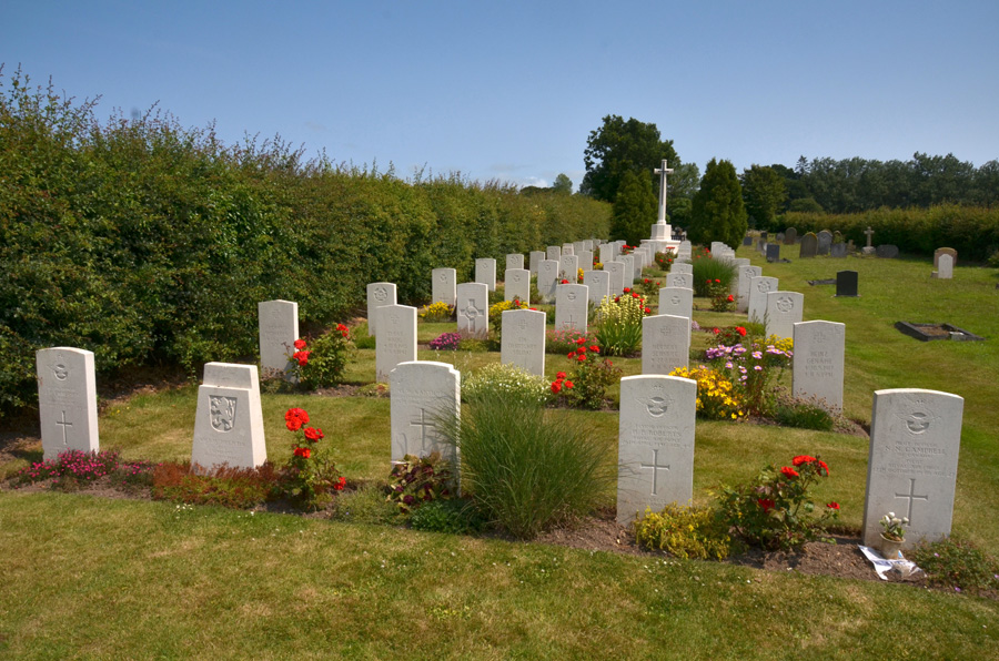 gallery_military_12_Commonwealth_War_Graves_Cemetery_Scottow